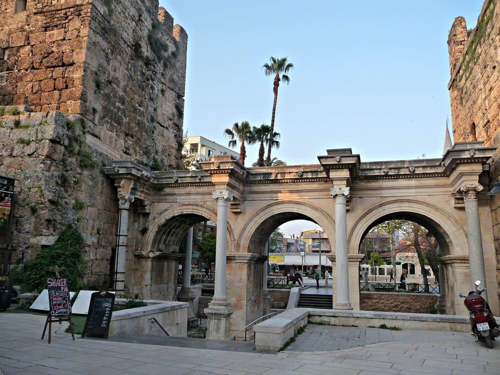 ворота Адрианы в Анталии